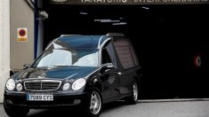 Un coche fúnebre abandona un tanatorio.