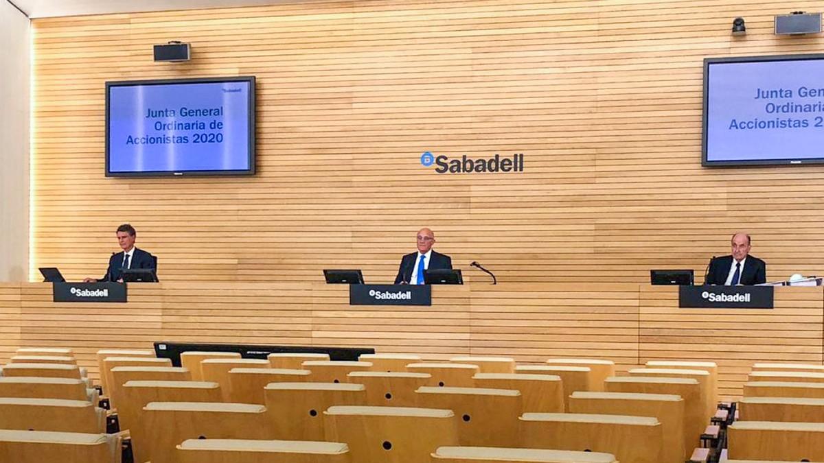 Jaime Guardiola, Josep Oliu y Miquel Roca i Junyent en la Junta General de Accionistas del Banco Sabadell en Alicante