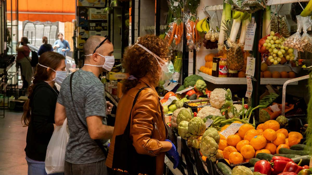 Una imagen de una frutería en un mercado. (EFE)