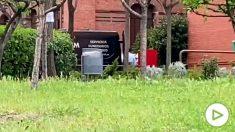 Furgoneta de los servicios funerarios en la residencia de la avenida Ciudad de Barcelona