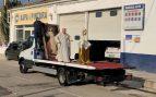 Un cura catalán celebra la misa de Jueves Santo sobre un camión