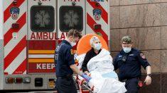 El personal sanitario traslada a una mujer enferma de coronavirus en la ciudad de Nueva York (Foto: EFE).