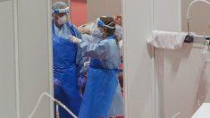 Dos sanitarios protegidos trabajan en el interior del Hospital temporal de la Comunidad de Madrid habilitado en IFEMA para pacientes con coronavirus, en Madrid (España) a 3 de abril de 2020. – Ricardo Rubio – Europa Press
