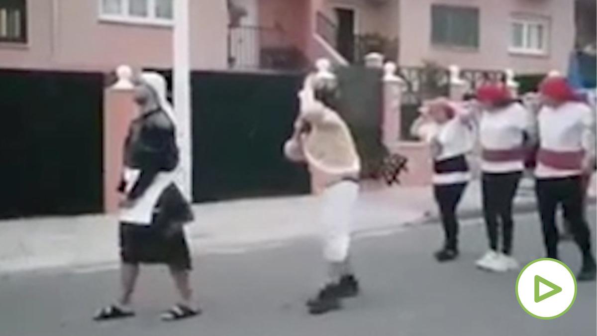Los participantes en la 'procesión' de Mérida.