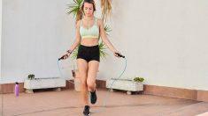 Saltar a la comba es uno de los ejercicios más fáciles y productivos que puedes hacer en casa