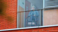 Una anciana se acerca a la ventana en una residencia de ancianos durante el confinacmiento. (Foto: EFE:Susanna Sáez)