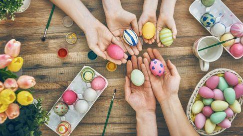 Enseña a los niños a pintar los huevos de Pascua con ingredientes naturales