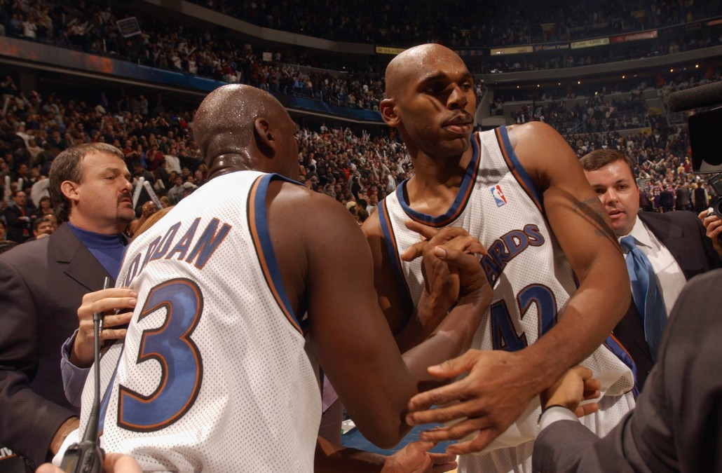 Jordan saluda a Stackhouse durante un partido con los Wizards. (Getty)