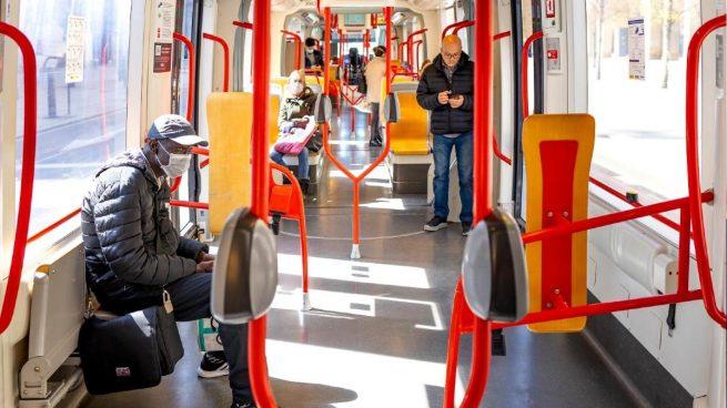 La Policía repartirá desde el lunes 10 millones de mascarillas a los que vayan a trabajar en transporte público