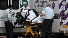 Trasladan a una enferma de coronavirus a una ambulancia en Nueva York (Foto: Europa Press).