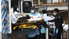 Una mujer con coronavirus es trasladada al hospital en EEUU (Foto: Europa Press).