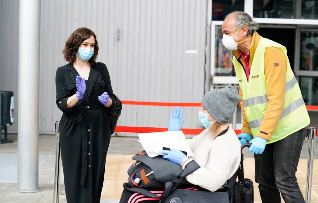 Isabel Díaz Ayuso con una paciente de Ifema. (Foto: Comunidad)