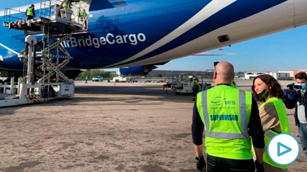 La presidenta regional madrileña, Isabel Díaz Ayuso, recibe un nuevo avión con material sanitario. Foto: EP