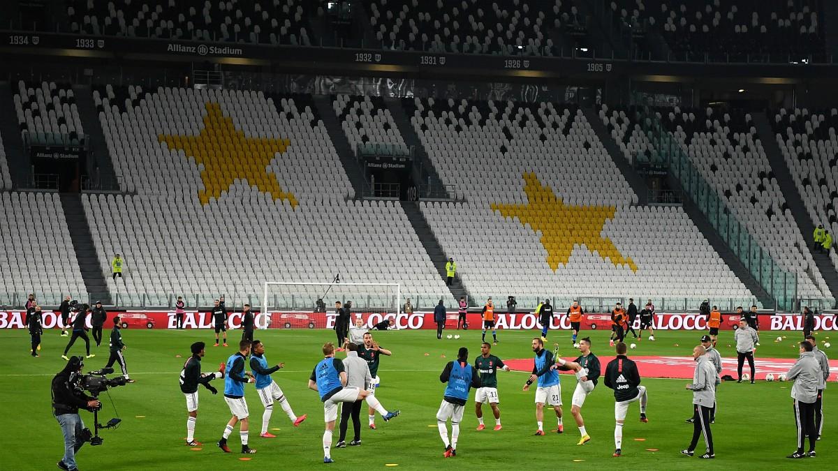 La Juventus calienta sobre el césped de su estadio antes de un partido a puerta cerrada. (Getty)
