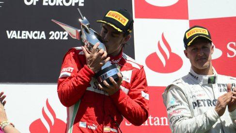 Alonso se celebra su victoria, junto a Schumacher, en el GP de Valencia de 2012. (AFP)