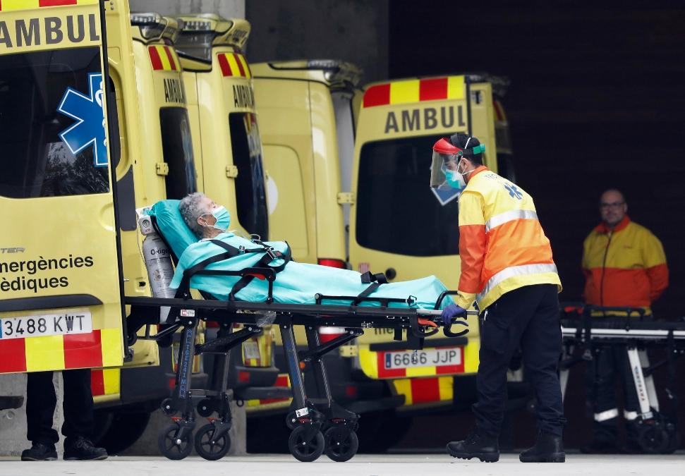 Llegada de un enfermo a la zona de urgencias del Hospital de Bellvitge, en Barcelona.