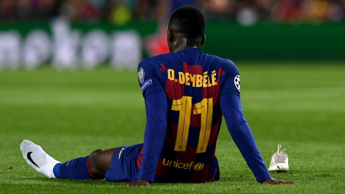 Dembelé, sobre el césped del Camp Nou tras caer lesionado. (AFP)