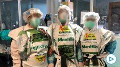Sanitarios de Albacete con con las bolsas creadas por una empresas de mantillo para proteger sus EPI.