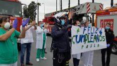 Huelva.- Bomberos y Policía Nacional felicitan el cumpleaños a una niña de cuatro años ingresada en el hospital