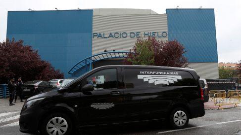 Un coche fúnebre ante el Palacio de Hielo de Madrid.