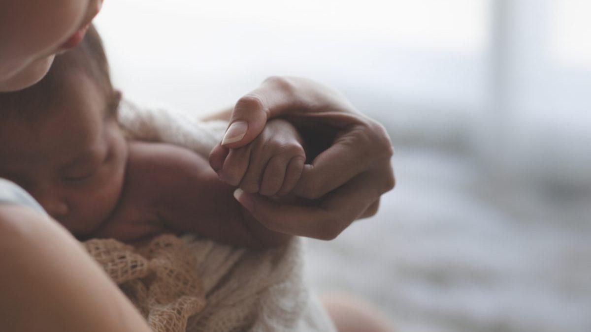 Una madre con su bebé recién nacido @Istock