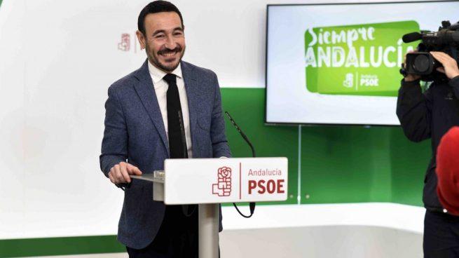 El ya ex senador socialista Fernando López Gil, en una rueda de prensa.