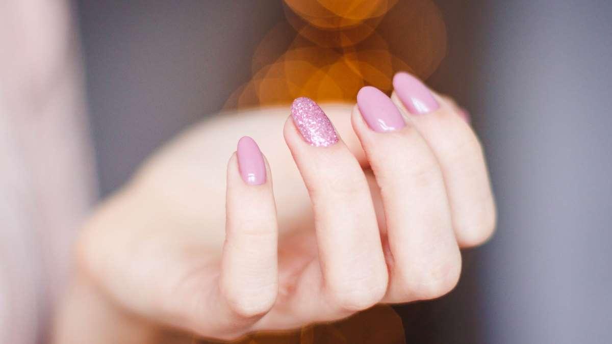 Los tonos nude son tendencia en uñas, maquillaje, moda y decoración