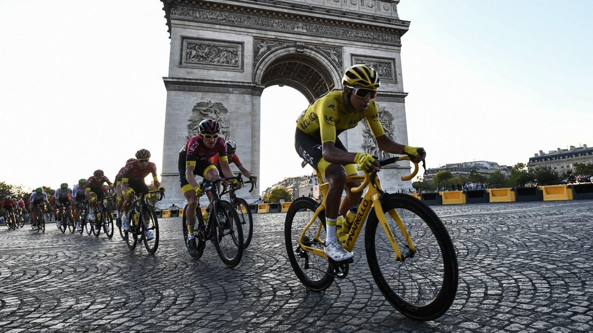 El pelotón, con Bernal en primer plano, rueda por Paris. (AFP)