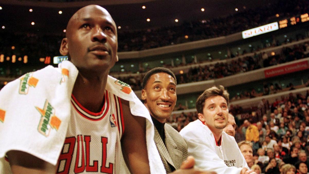 Jordan, en primer plano, junto a Pippen y Kukoc. (AFP)