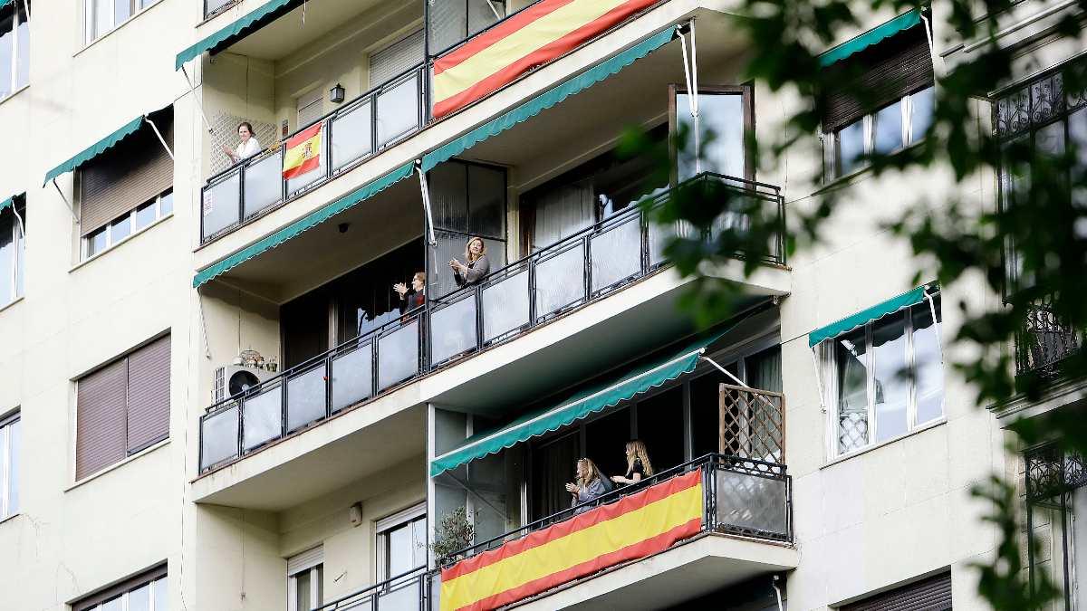 La gente aplaude a los sanitarios desde los balcones. Foto: EP