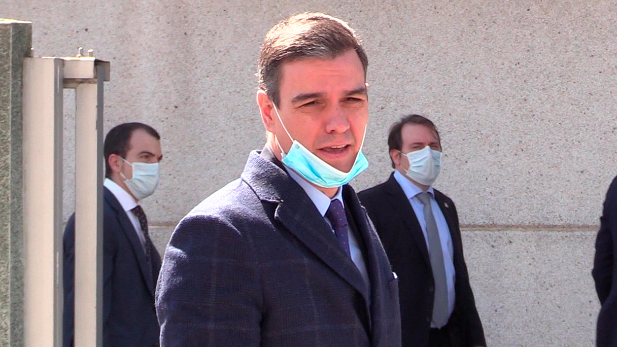 Pedro Sánchez, con mascarilla antes de visitar una fábrica de respiradores en Móstoles. (Francisco Toledo)