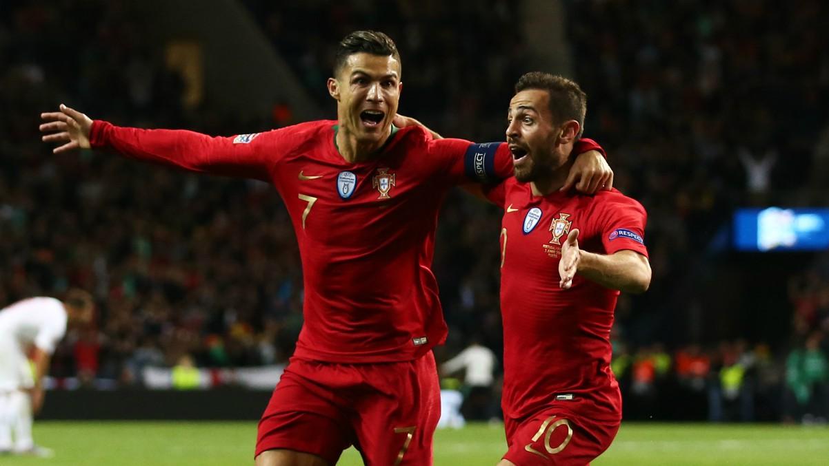 Cristiano Ronaldo y Bernardo Silva celebran un gol con Portugal. (Getty)