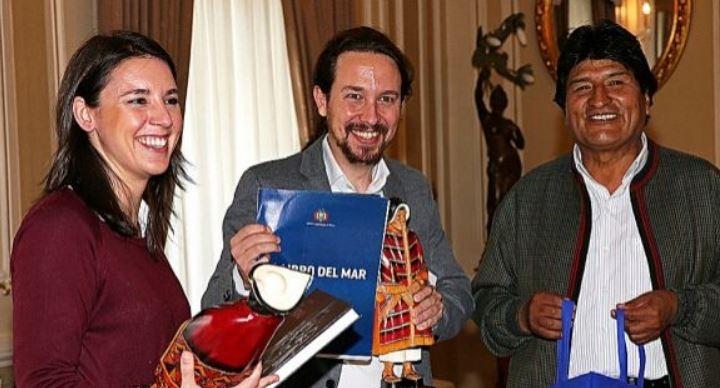 Pablo Iglesias e Irene Montero junto a Evo Morales durante una visita a Bolivia.