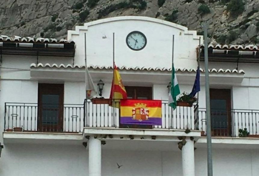 Fachada del Ayuntamiento con la bandera de la República.