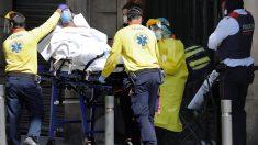 Sanitarios trasladan a un paciente con síntomas de coronavirus.