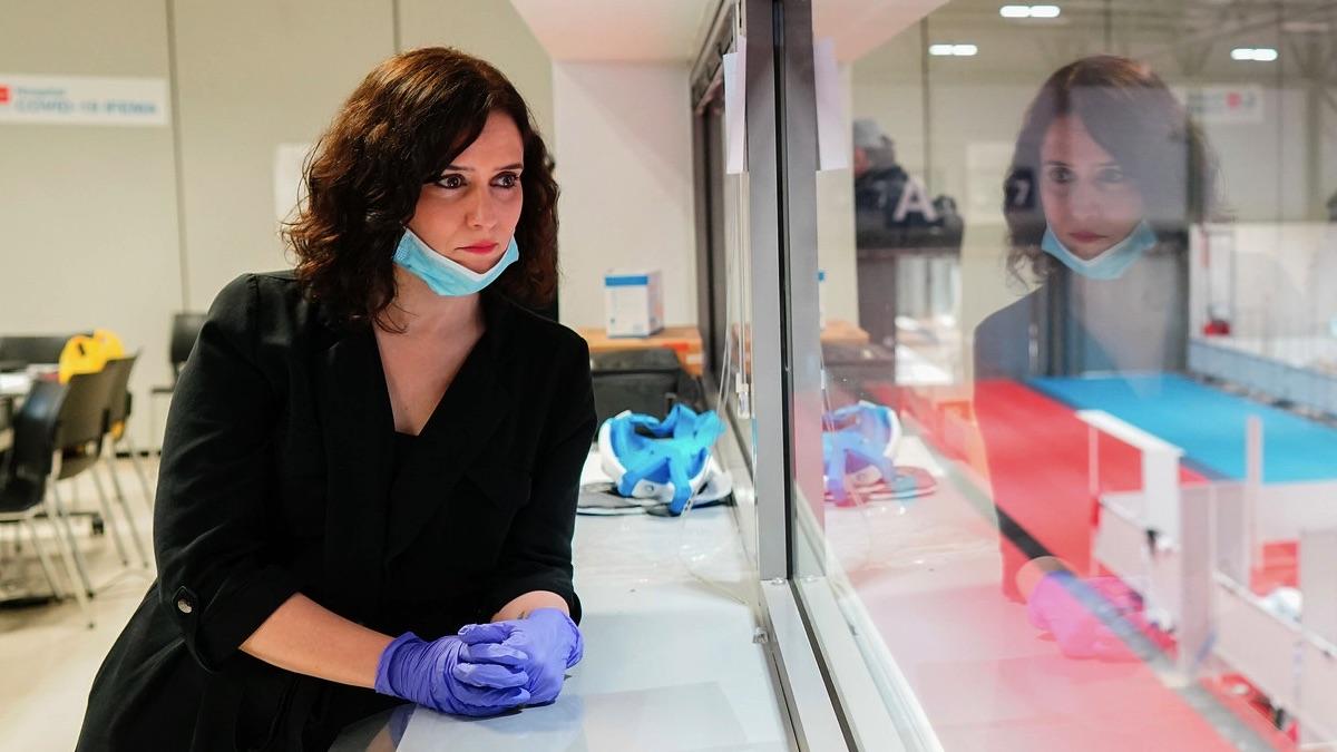 Isabel Díaz Ayuso en el hospital de campaña de Ifema.
