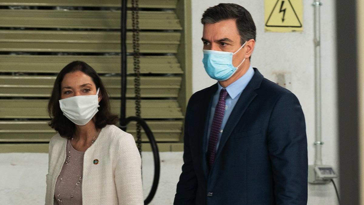 Pedro Sánchez y Reyes Maroto visitando una fábrica de El Corte Inglés. (Foto: Moncloa)