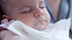 Descubre las causas y cómo se puede evitar la regurgitación del bebé