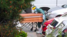 Operarios trasladan los cuerpos de los fallecidos a la morgue. Foto: Álvaro García Fuentes (@alvarogafu)
