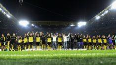Los jugadores del Borussia celebran una victoria con su afición. (AFP)
