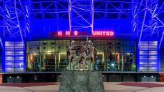 El Manchester United homenajea al personal sanitario iluminando Old Trafford.