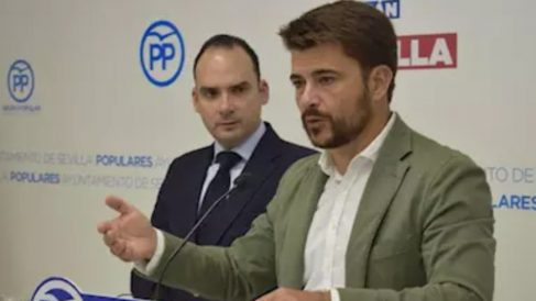 Beltran Pérez, portavoz del PP de Sevilla, junto al concejal, Rafael Belmonte.