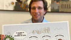 El alcalde de Madrid, José Luis Martínez-Almeida, muestra el regalo de cumpleaños que le ha hecho su equipo.