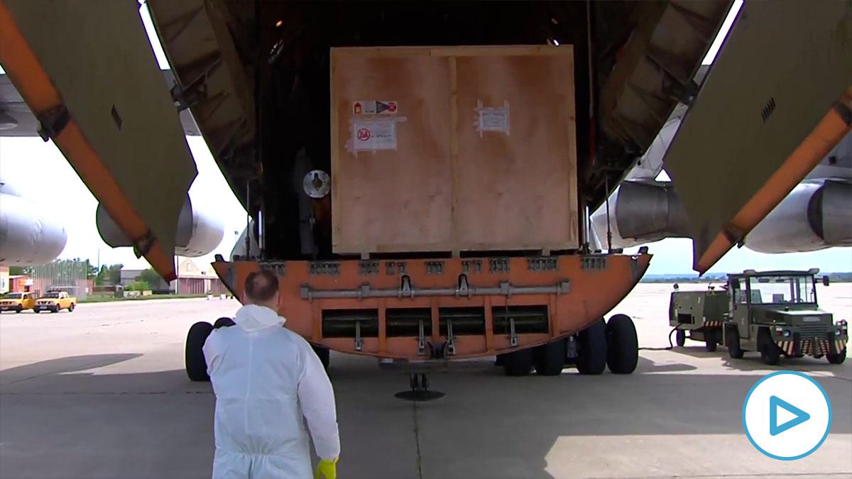 Avión procedente de China con la maquinaria para hacer mascarillas adquirida por Industria.
