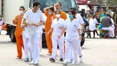 Grupo de sanitarios en el hospital de campaña de Ifema. (Enrique Falcón)