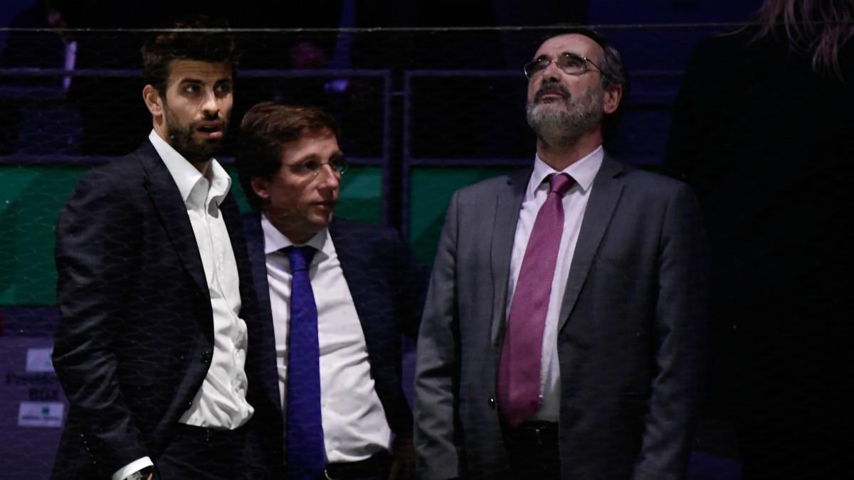 Almeida junto a Piqué en la última Copa Davis. (AFP)