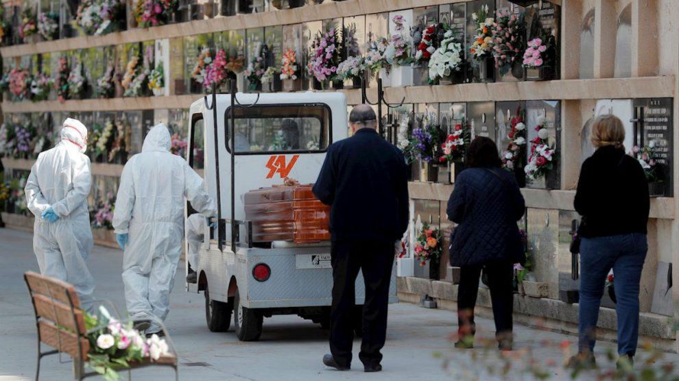 Vista de un entierro en un cementerio de Valencia. (Foto: EFE)
