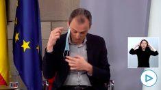 El ministro de Ciencia, Pedro Duque, manipulando erróneamente una mascarilla.