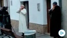 El imán de El Vendrell (Tarragona) durante el rezo en la calle.