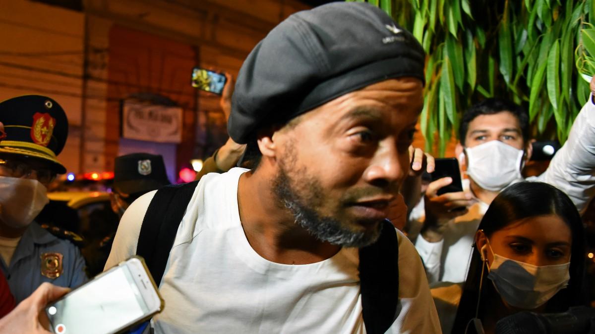 Ronaldinho llegando al hotel en Asunción donde cumplía arresto domiciliario. (AFP)